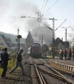V100/130140/chaos-im-bahnhof-linz-rheinl-44 Chaos im Bahnhof Linz (Rheinl.). 44 2546-8 hat gerade mit ihrem langem Sonderzug den Bahnhof verlassen und macht mächtig dampf! Als Schubhilfe wurde eine DB V100 angekoppelt.